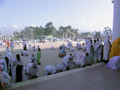 Народ, молящийся при входе в храм
