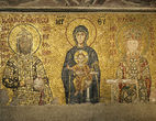 alt='Император Иоанн II Комнин и императрица Ирина перед Богоматерью с Младенцем'