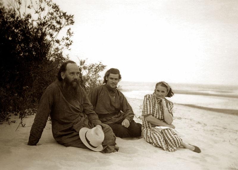 С родителями на берегу Чудского озера. 1955 год.. Фотографии из книги «Пюхтица – Святая гора»