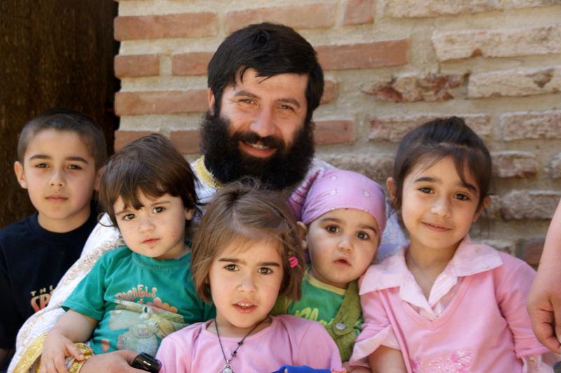 Священник со своей семьей в Бодби. Фото: Игорь Калядин