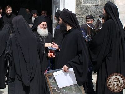 With the blessing of Schema-Archimandrite Jeremiah (Alexin), the abbot of St. Panteleimon Monastery, all were presented with commemorative gifts of the lives of the Russian Athonite saints in Greek.