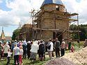 Верующие УПЦ за год построили новый храм, а захваченная раскольниками церковь пустует