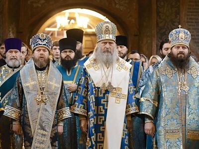 This year on the patronal feast of Sretensky Monastery the main cupola and cross of the new church were consecrated and installed�a significant events in the life of the monastery. Bishop Tikhon celebrated the rite of consecration.