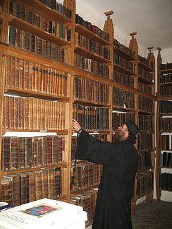 Загрузить увеличенное изображение. 600 x 800 px. Размер файла 163237 b.  Нямецкая библиотека самая крупная из всех монастырских книгохранилищ Румынии