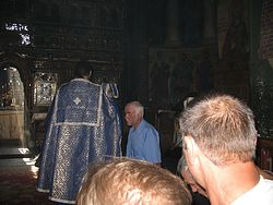 Загрузить увеличенное изображение. 800 x 600 px. Размер файла 137644 b.  По сложившейся традиции, во время «Херувимской» молящиеся стоят на коленях, а служащий священник обходит их и касается чашей их голов