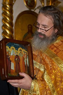 Загрузить увеличенное изображение. 500 x 748 px. Размер файла 116852 b.  Иерей Константин Кобелев с иконой Царственных мучеников. Фото: Денис Полунин