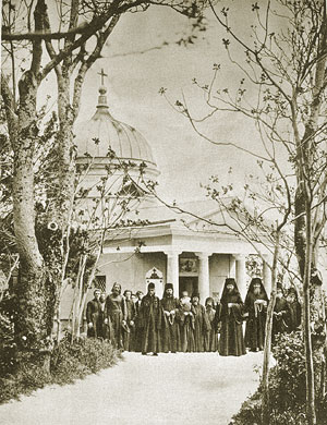 Братия на фоне храма св. вмч. Георгия, 1893 г.