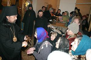 Епископ Серафим подает крест прихожанам храма