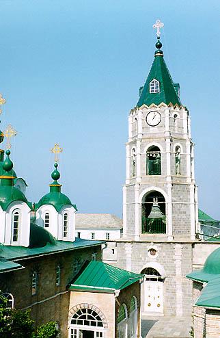 Колокольня с башенными часами. Она расположена над трапезной и была сооружена в 1893 году.