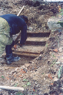 Расчистка склепа прп. Варлаама, 2002 г. Фото: А. Поспелов / Православие.Ru