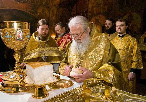 Митрополит Лавр совершает проскомидию в Сретенском монастыре. Фото: Г. Бабаянц / Православие.Ru