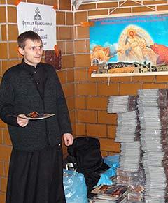 Студенты Сретенской духовной семинарии раздают Евангелие от Марка