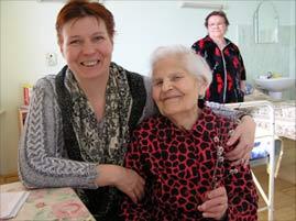Анна Ивановна Корнаухова (справа) и соцработник Валентина Полищук (слева)