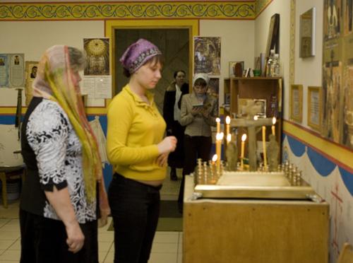 Галя и Катя – легкотрудницы (беременные, временно работающие по особому графику), единственные, кто может зайти в православный просветительский центр в рабочее время.