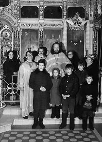 Отец Валериан с матушкой Наталией, детьми, алтарниками и прихожанами. Начало 80-х годов