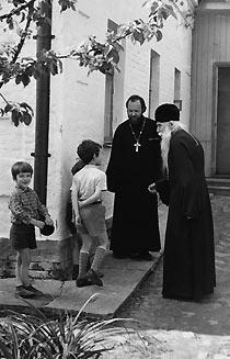 Отец Валериан и его дети с духовником отцом Сергием Орловым