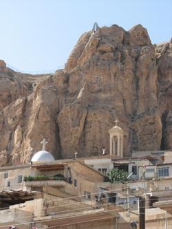 Женский монастырь св. первомученицы Феклы, в котором хранятся мощи святой, на вершине горы – ее скульптура