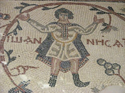 В католическом храме пророка Моисея на вершине горы Небо – также древние мозаики на полу