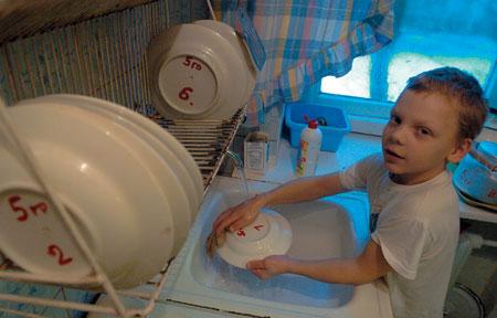 2004 год. Ваня — «дежурный по тарелкам». Изредка в детдоме его навещает мать