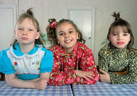 2006 год. Юля, Вика и Галя — подружки. Воспитываются в одной группе. У всех трех диагноз