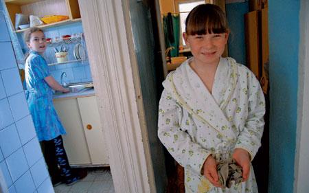 2008 год. Вика — «дежурная по тарелкам». Юля вытирает пыль. Воспитательница обещала отпустить ее после уборки играть в футбол