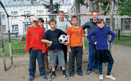 2008 год. Ребята обулись для съемки. Чаще они играют в футбол босиком, чтобы не портить обувь