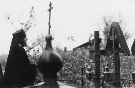 Иеромонах Василий (Росляков) перед могилками старцев