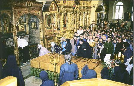 Гробы с мощами старцев во Введенском соборе. 1998 г.