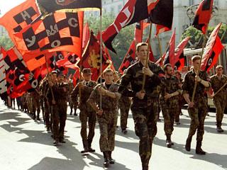 Шествие активистов националистской организации УНА-УНСО