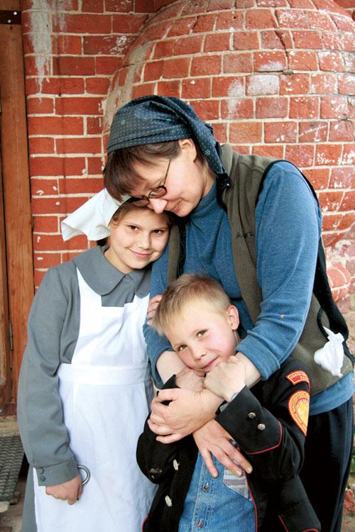 Галина, художник из Питера, расписывает здесь храм. Дети ей охотно помогают