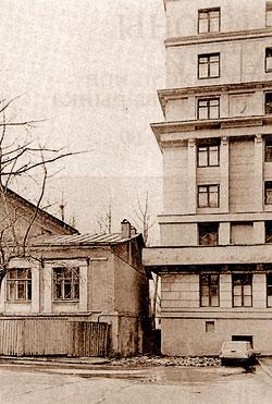 Место, где до 1932 года находился храм Смоленской иконы Божией Матери. Вид с юго-востока (привязка – край здания лечебницы). Фото 1979 года