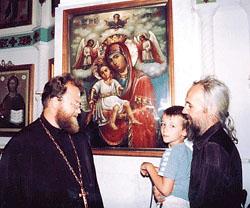 У святой иконы «Достойно есть!». Слева – настоятель храма иерей Сергий Ельченинов
