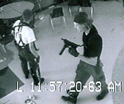Кадр с камеры слежения в школе «Колумбайн»