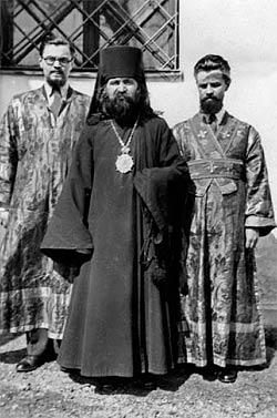 Новохиротонисанный епископ Иоанн с братьями Бартошевичами, будущими епископом Леонтием и архиепископом Антонием. Белград. 1934 г.