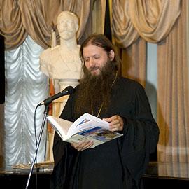 Протоиерей Артемий Владимиров с «Житиями святых для детей»
