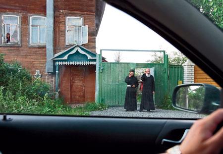 Протоиерей Андрей Лазарев и дьякон Элизбар Иванов возле своего общего дома в Кимрах
