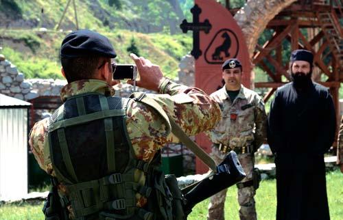 Итальянские солдаты K-FOR в монастыре свв. Архангелов