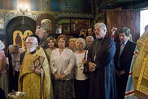 Протоиерей Павел Волков (с Евангелием) и священник Кирилл Жолткевич