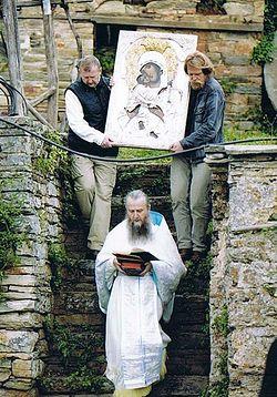 С иконой Божией Матери «Сладкое лобзание»