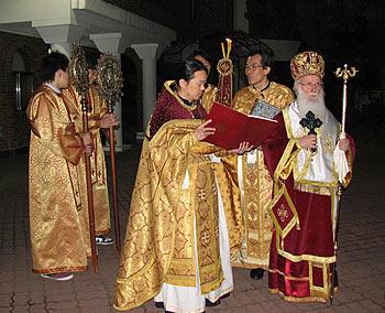 Пасха 2008 г. Митрополит Сотирий и игумен Феофан / Фото «Православие в Корее»