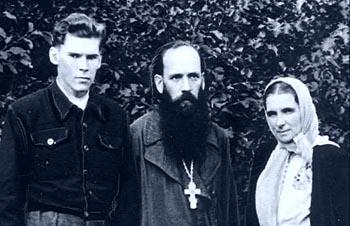 С родителями, отцом Михаилом и матушкой Еленой Ридигер
