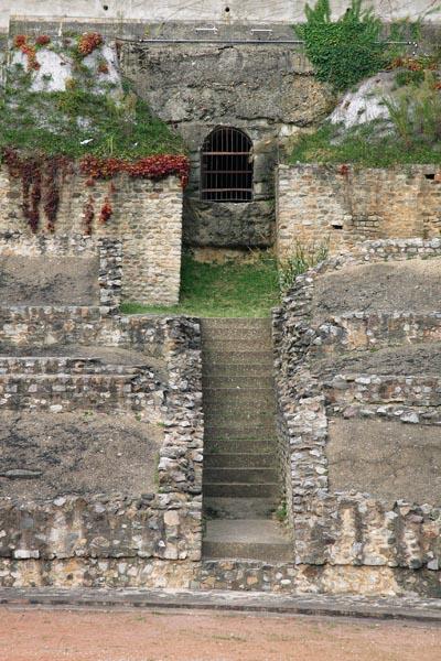 Ступени в амфитеатре, где были замучены верные Христу лионцы. Хочется на коленях припасть к этим камням. Но не выйдет. Амфитеатр реставрируется, доступа внутрь давно нет. Место казни Лионских мучеников обнесено решеткой.