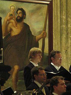 Хористы на фоне картины «Святой Христофор»