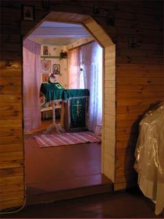 Молитвенный дом в Помоздино. Перед иконой св. Димитрия – аналой с акафистом ему