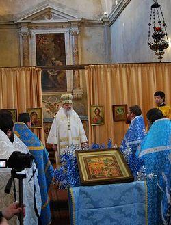 Загрузить увеличенное изображение. 1024 x 687 px. Размер файла 159481 b.  Митрополит Кирилл (ныне - Святейший Патриарх) совершает литурию на праздновании пятилетия прихода