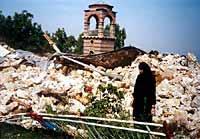 Монахиня перед взорванным храмом