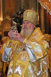 Патриарх благословляет верных десницей святого пророка Иоанна. Фото Ю.Клиценко, Седмица.Ru