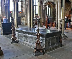 Загрузить увеличенное изображение. 450 x 368 px. Размер файла 70744 b.  Venerable Bede's Tomb, Durham Cathedral.