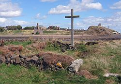 Загрузить увеличенное изображение. 3200 x 1800 px. Размер файла 1702020 b.  Cross and chapel on St Cuthbert's Isle looking towards Holy Island