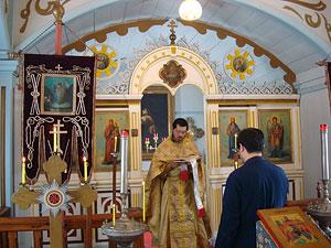 Воскресное Евангелие в Магата читает священник Стефан Утида. Рядом – диакон Иоанн Камая